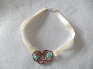 Collier de carrés en fil d'alu et perles de verre_deco2sev