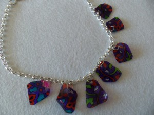 Collier multicolore en plastique fou_deco2sev