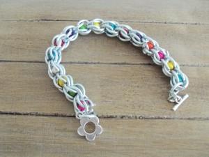 bracelet à mailles en fil d'alu et perles multicolores_deco2sev