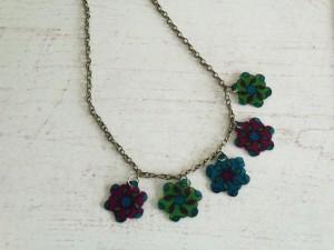 collier fleurs en plastique fou_deco2sev