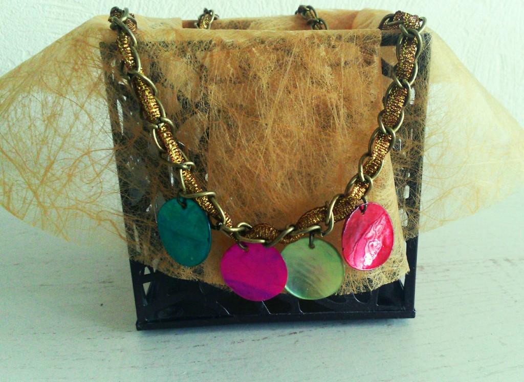 Présentation collier perles plates
